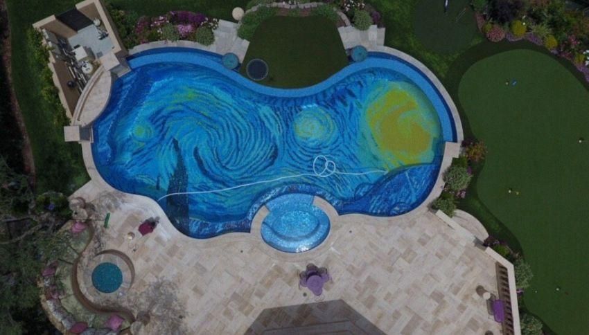 La piscina che vista dall'alto diventa un quadro di Van Gogh