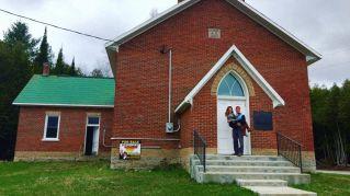 Giovane coppia compra una chiesa del 1800 e ne fa la loro casa