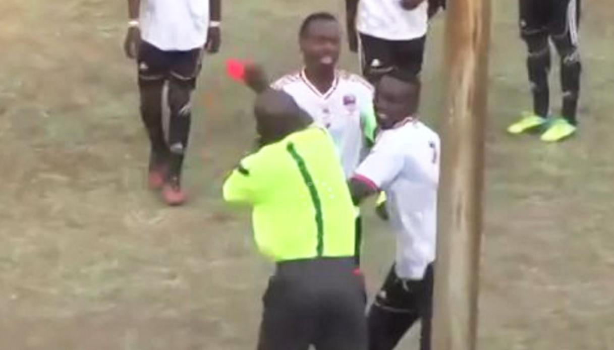 Arbitro lo espelle, lui lo prende a pugni