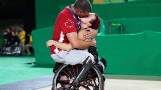 Paralimpiadi: il commovente bacio tra gli atleti canadesi