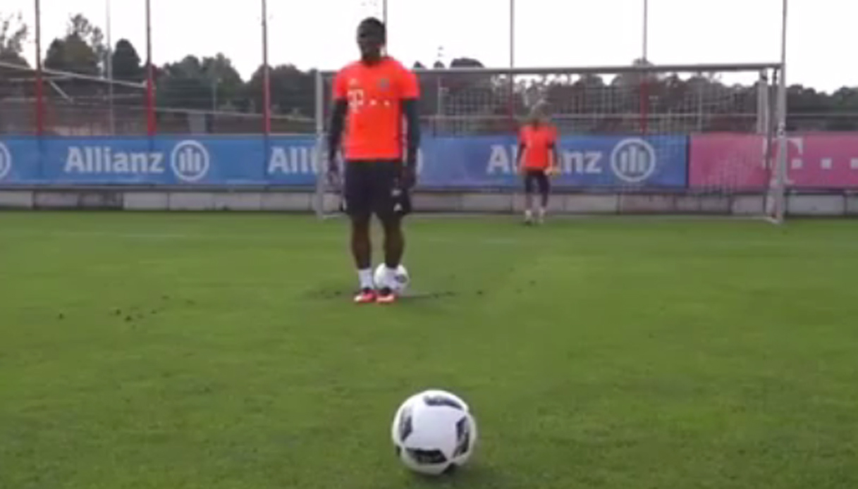 Douglas Costa, gol impossibile in allenamento