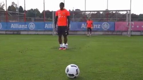 Douglas Costa, gol impossibile in allenamento
