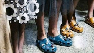 Crocs tempestate di pietre preziose, orrore alla London Fashion Week