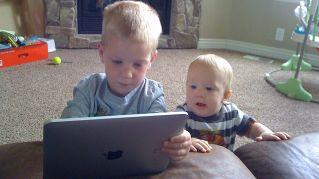 Perché i tablet sono meglio dei calmanti per i bambini