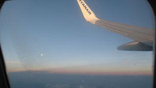 Perché gli aerei hanno dei piccoli buchi nei finestrini?