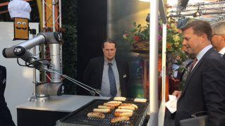 BratWurst Bot, il robot che cucina, mette le salse e serve i wurstel