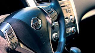 Gli schermi touch delle auto distraggono e sono pericolosi