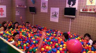 In questo bar giapponese si beve in una piscina piena di palline