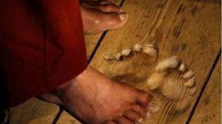 Prega per 20 anni nello stesso punto. Guardate le impronte sul pavimento