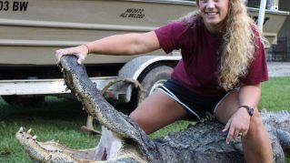 """Mississippi, ragazza cattura alligatore da record: """"Volevo divertirmi un po'"""""""