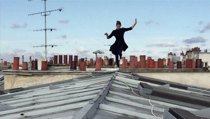 Donna ragno salta e corre per i tetti di Parigi: il video mozzafiato
