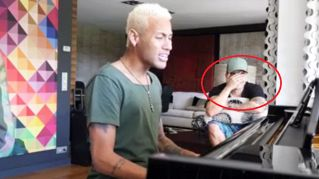 Neymar al piano: l'esibizione è un mezzo disastro