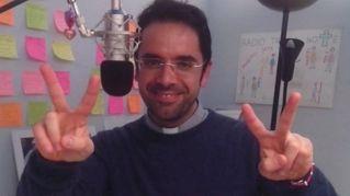 Don Roberto, il prete dj che trasforma le hit in canzoni religiose