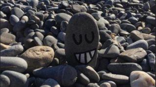 """Pisasso, il bimbo che dipinge i """"sassi felici"""" è virale sui social"""