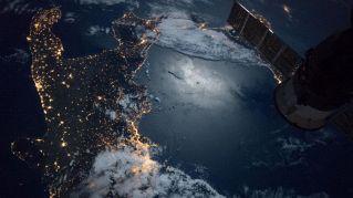 Sud Italia a testa in giù: la foto della Nasa conquista il web