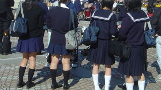 Uniforme scolastica sbagliata: insegnante manda a casa 50 studenti
