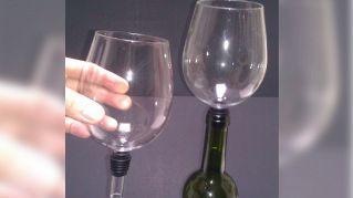 Mai più senza: ecco il bicchiere che si attacca alla bottiglia