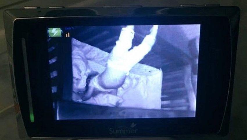 Cercasi esorcista? Ecco la bambina che dorme a testa in giù