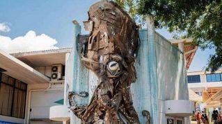Un artista crea spettacolari opere di street art usando solo rifiuti