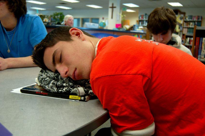 Dormi troppo poco? Per capire se ti serve più sonno basta un cucchiaio