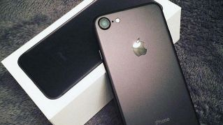 Vende gli iPhone7 ricevuti dai 20 fidanzati e si compra casa