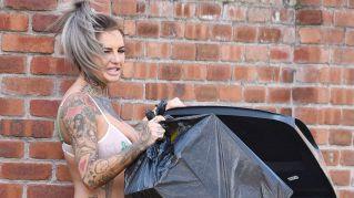 Star tra i bidoni dell' immondizia in lingerie sexy: è la nuova moda UK