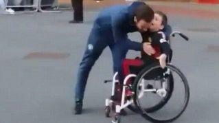 Juan Mata abbraccia un piccolo fan disabile: emozionante
