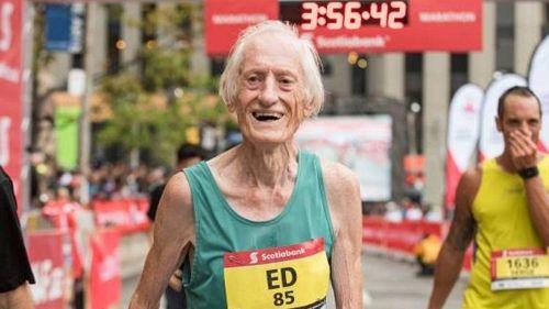 A 85 anni batte il record mondiale di maratona