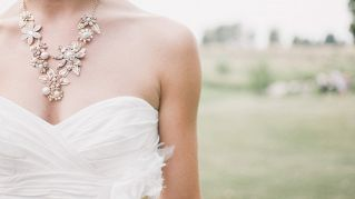 Novella sposa si fa palpare in cambio di soldi per la luna di miele
