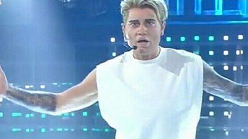 Enrico Papi imita Justin Bieber: la rivolta sui social
