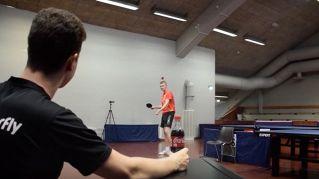 Ecco come aprire una Coca-cola tirando una pallina da ping pong