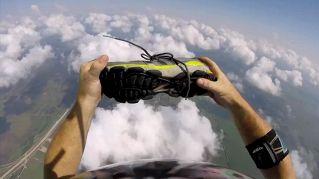 Gli rubano la scarpa al lancio: la recupera e indossa al volo