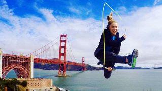 Lo show acrobatico della campionessa di salto con la corda