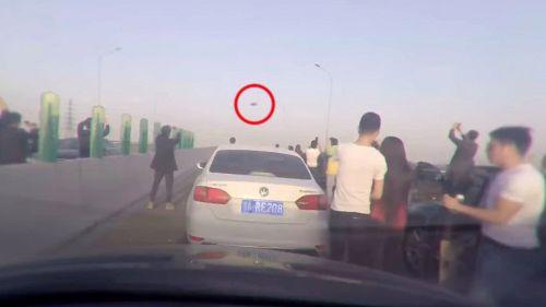 Coda in autostrada: tutti giù dalla macchina a guardare l'UFO in cielo