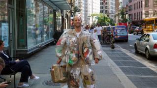 Lo chiamano l'uomo spazzatura, indossa per un mese tutti i rifiuti che genera