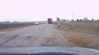 Il video dell'uomo che si teletrasporta nel traffico fa impazzire il web