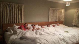 Costruiscono un letto di 5 metri per dormire insieme con i 4 figli