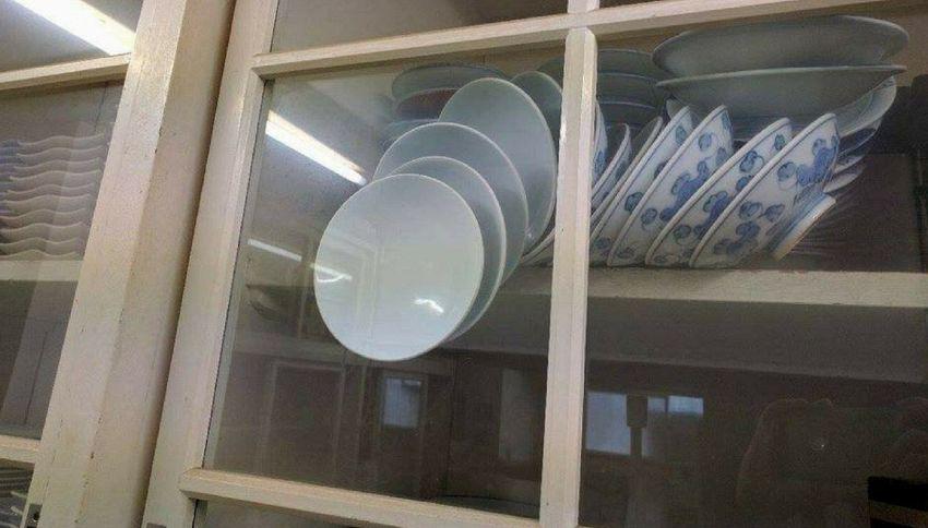Apri la vetrina senza rompere i piatti: il rompicapo fa impazzire il web