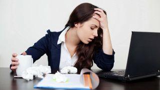Stress sul lavoro, come combatterlo con cibo, esercizi e amici