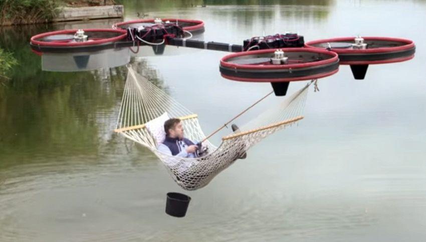 L'amaca con i droni per andare a zonzo in puro relax