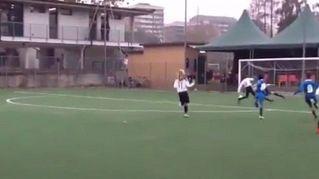 Il baby attaccante ruba il pallone e si inventa un tiro da fenomeno