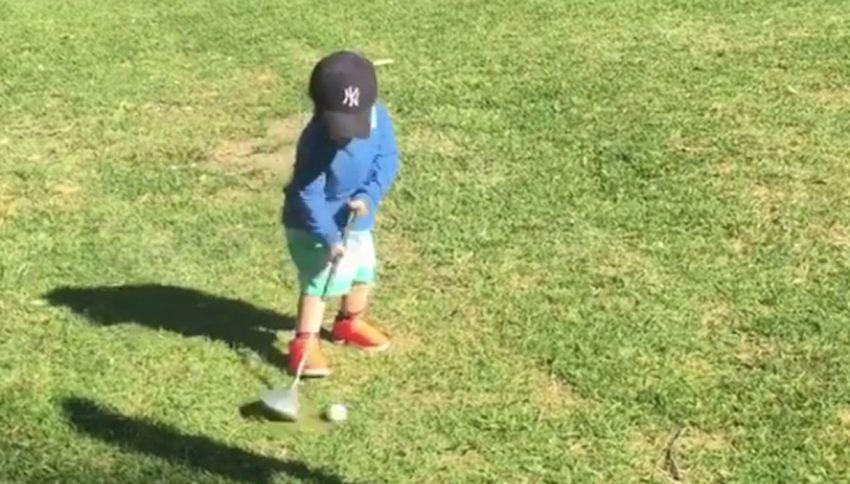 Non ha neanche due anni, ma è già un campione di golf
