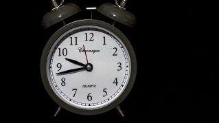 Svegliarsi presto la mattina fa male: 4 suggerimenti per un buon riposo