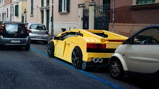 Le auto di Lego a grandezza reale invadono le strade di Roma