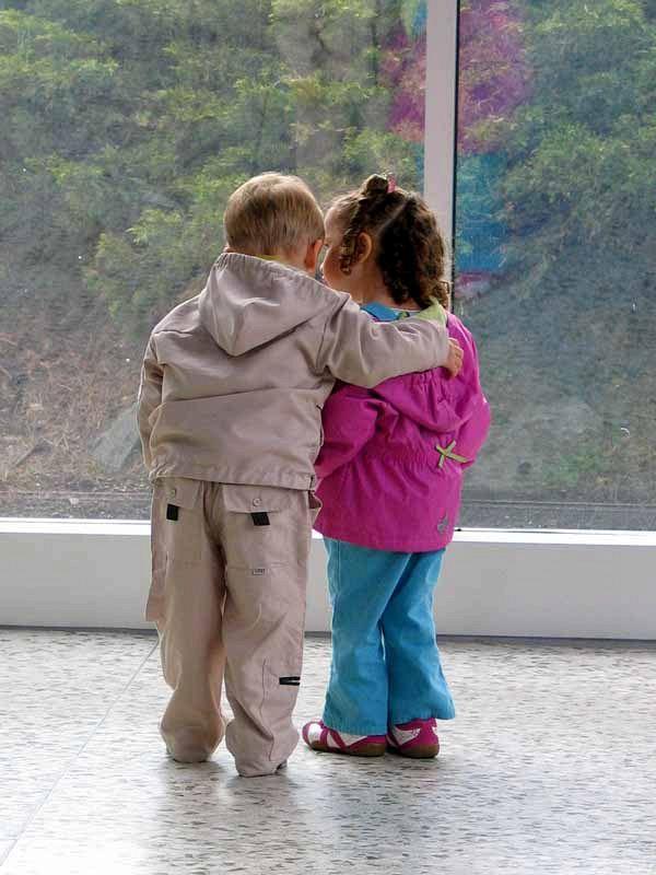 Scuola inglese proibisce gli abbracci tra bambini, il perché è inspiegabile
