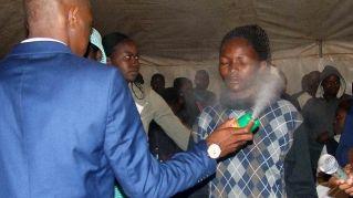 """Sudafrica, predicatore cura fedeli con insetticida: """"Cura cancro e HIV"""""""