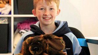 A 12 anni impara a cucire per confezionare peluche per i bambini malati