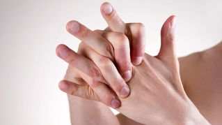 Ecco cosa succede alle nostre ossa quando scrocchiamo le dita