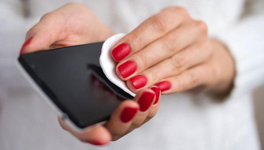 Macchie, batteri e germi: come pulire (bene) il vostro cellulare