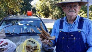 La storia del vecchietto che vende legna per strada. Il web si mobilita